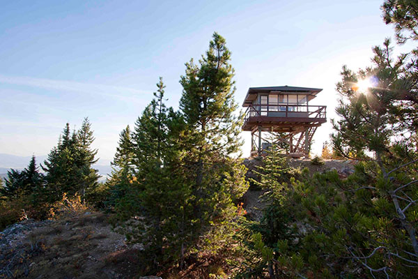 Photo of the Quartz Mountain Fire Lookout from below